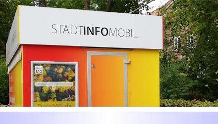 Städtischer Werbeanhänger widerrechtlich auf Behindertenparkplatz am Schloss Rheydt abgestellt
