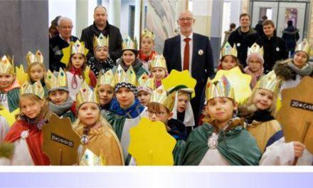 Bunte Gewänder und gelbe Sterne: 25 Sternsinger der Gemeinde St. Remigius besuchen das Viersener Kreishaus und bringen den traditionellen Segen