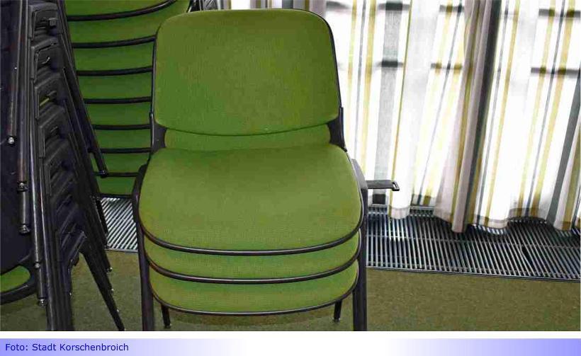 200 Stühle aus der Aula des Korschenbroicher Gymnasiums stehen zum Verschenken bereit